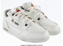 รองเท้าผ้าใบของ Apple ยุค 90s ประมูลเริ่มต้น 5 แสน