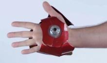ถุงมือประดิษฐ์พลังเลเซอร์อย่างกับ Iron Man ที่ใช้ได้จริง!
