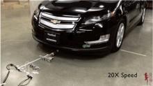 พลังแห่งความสามัคคี หุ่นยนต์จิ๋ว 6 ตัว ลากรถเก๋งได้ทั้งคัน!